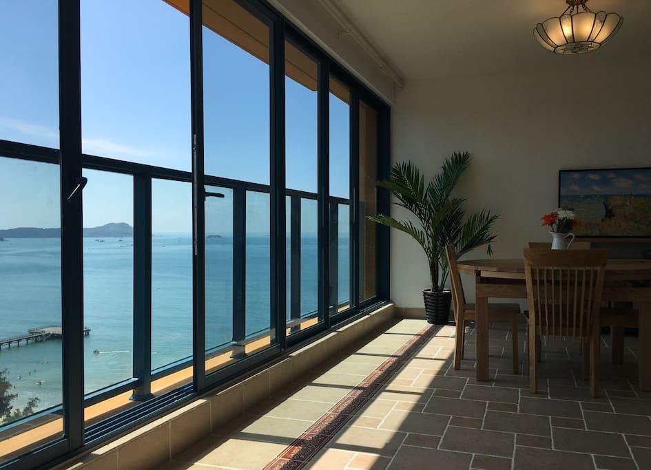 客厅,可看到壮观的海景
