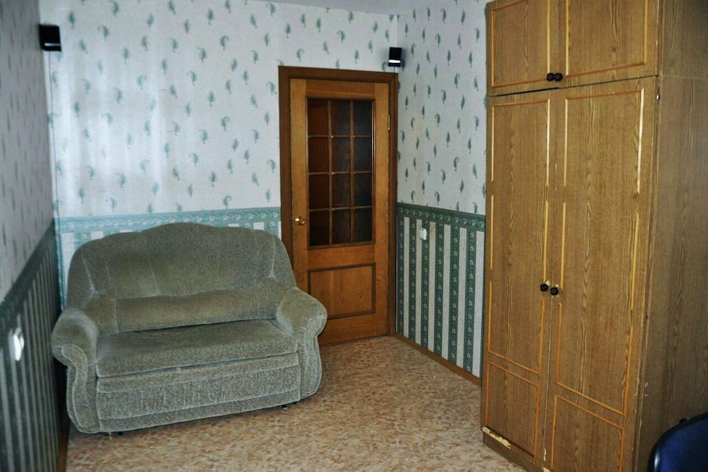 вторая комната, на данный мемент сделан косметический реморт и постачлен более комфортабельный диван
