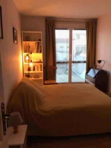 Jolie chambre dans un appartement avec terrasse
