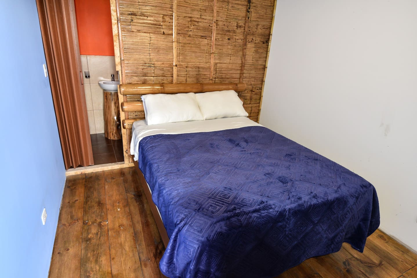 Jilguero double room with private bathroom and hot shower