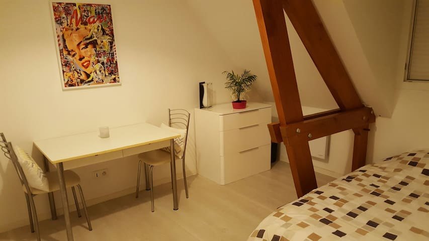 Belle chambre lumineuse au calme - condé sur vesgre - Apartment