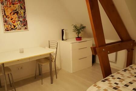 Belle chambre lumineuse au calme - condé sur vesgre - Apartmen