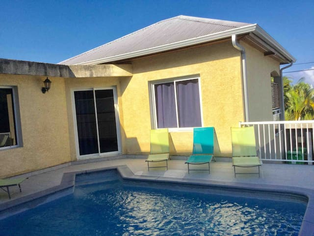Villa F3 avec piscine avec petite suite parentale