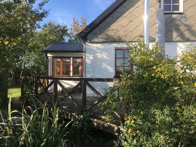 Nära Österlen och Ystad. Originalhus på bondgård.