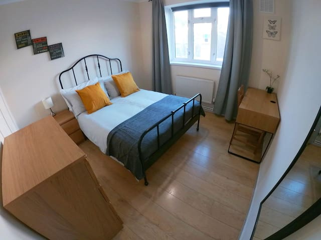 Bright Double Room In Portobello Road (D)