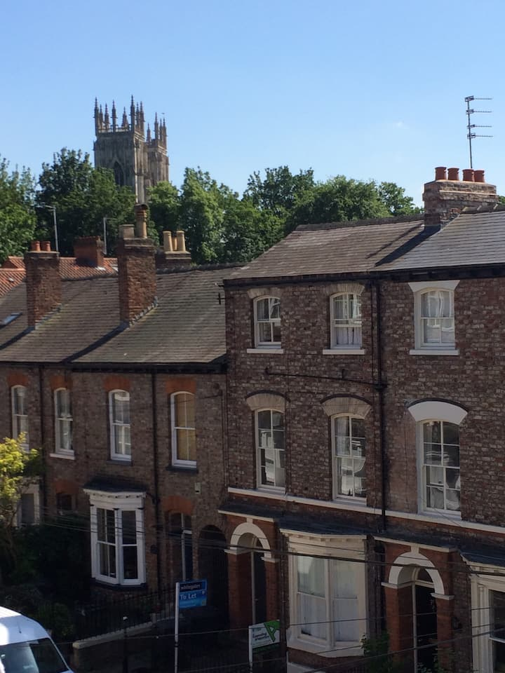Double ensuite; historic home in sight of Minster