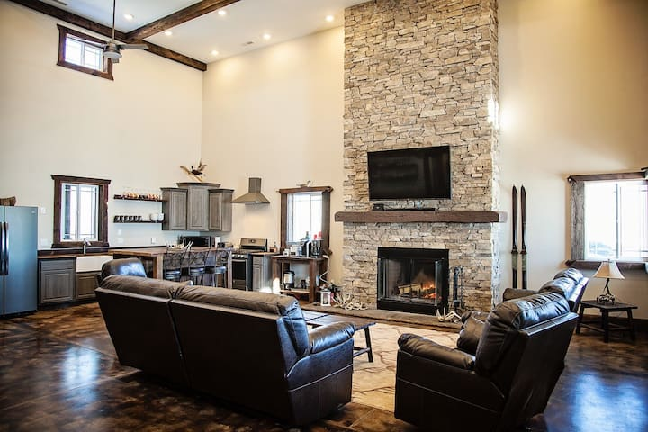 Beautiful Custom Built Lodge (4,600 SQ FT)