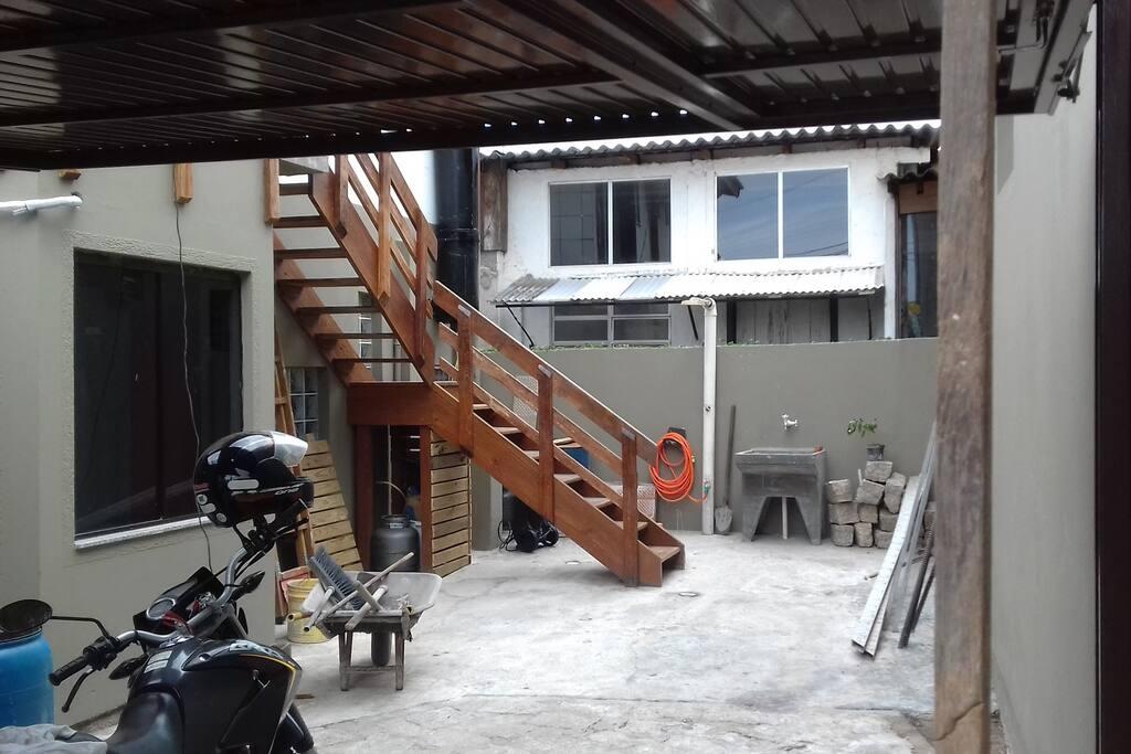 Estacionamento e escada para entrar (cabe um carro sedan)