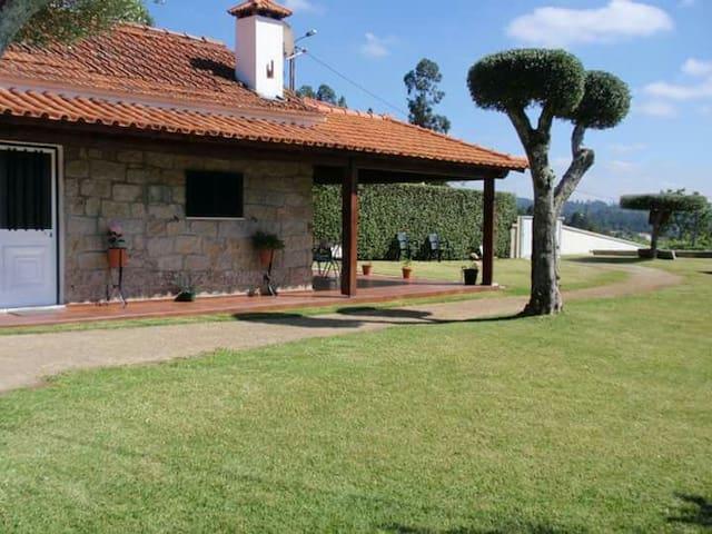 Casinha rústica em Vitorino dos Piães.
