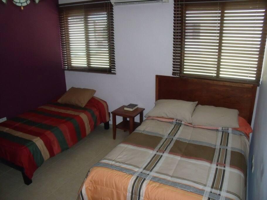 Cozy Private Room in a quiet neighbordhood.  Cómoda habitacion en área tranquila