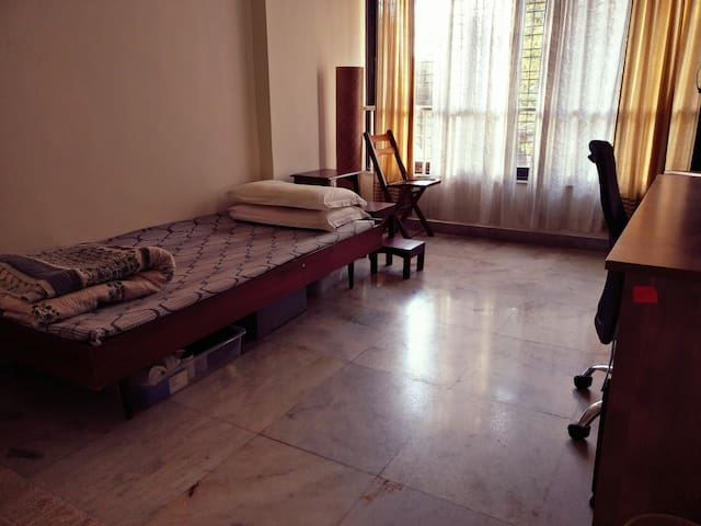 1 private bedroom facing a football ground - Mumbai - Casa