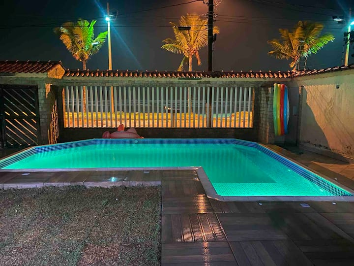 Casa em Mongaguá com piscina de frente para Praia