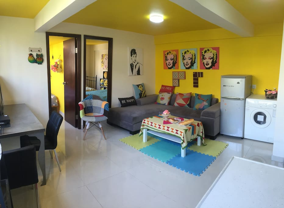 客厅布置了电视,洗衣机,冰箱,沙发,座椅。wifi。空调应有尽有。