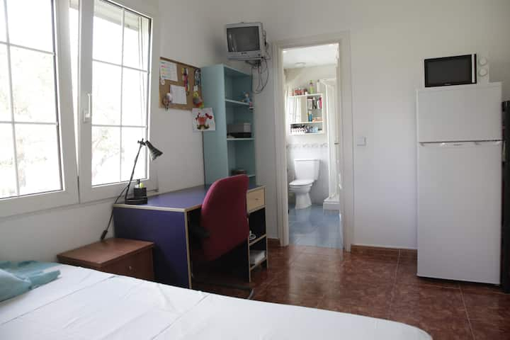 Habitación en Villa a 15 km de Madrid. Piscina