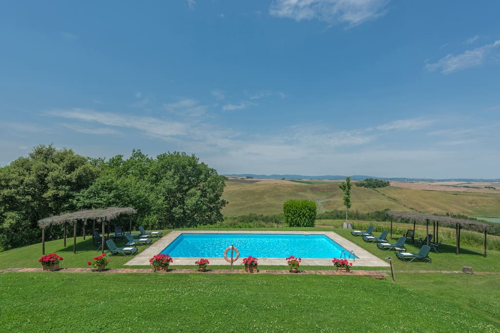 THE POOL HAS A FANTASTIC VIEW ON CRETE SENESI HILLS WITH SIENA IN THE BACK