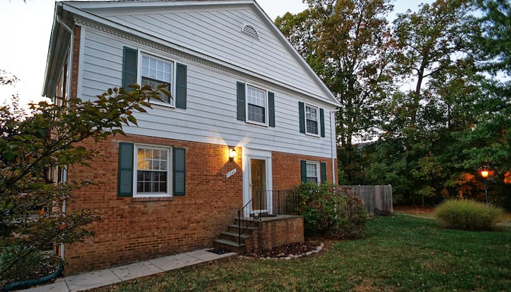 NEW LISTING: Cozy & Spacious home, 20 Min to DC