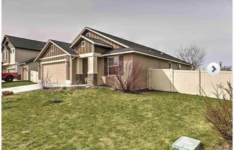 4 bedroom 2 bath home, sleeps 15 in SW Boise/Kuna