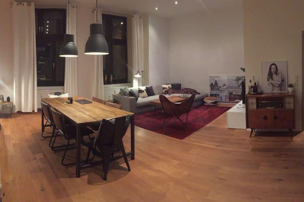 Blick von der Küche in den Wohn- und Essbereich