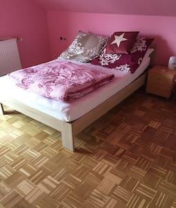 *Schönes helles Zimmer mit Balkon* - Göppingen