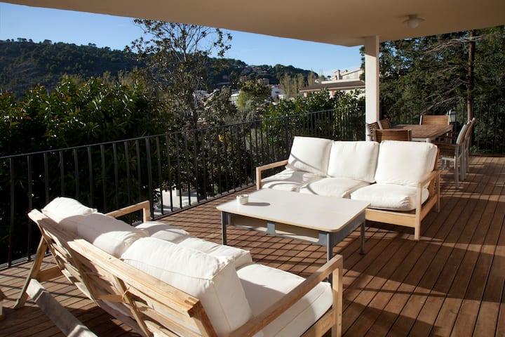 Amplio apartamento con piscina y jardin