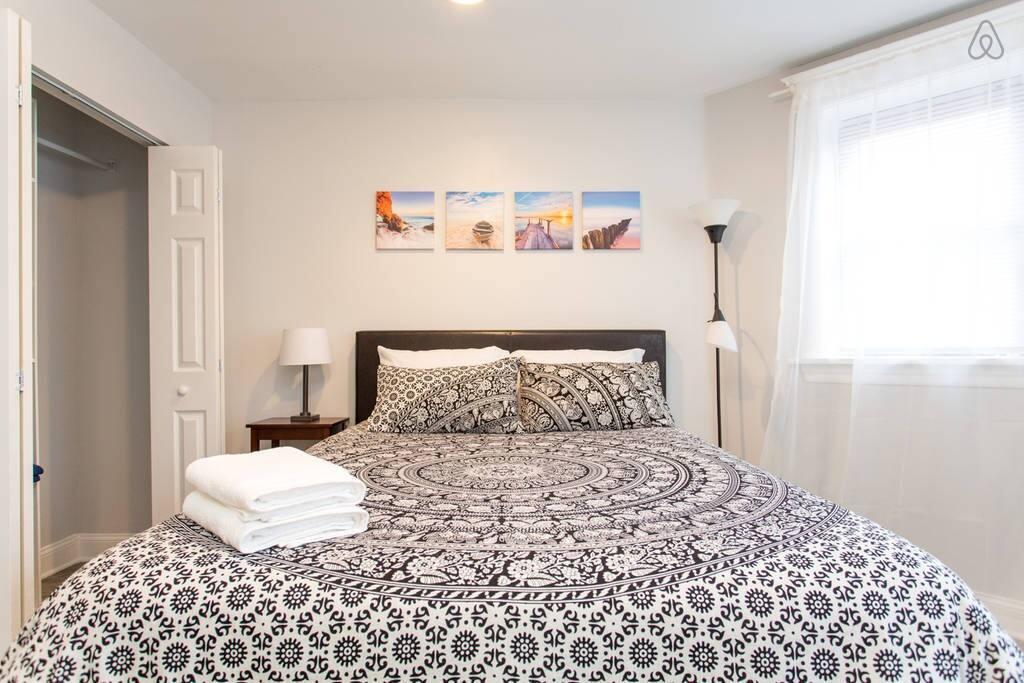 Comfortable Queen bed, fresh towels, high ceilings, hardwood floor.