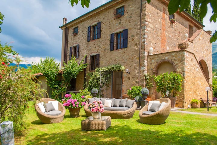 LE BICOCCHE FARMHOUSE: Country Stone Villa with Pool in Camaiore between Lucca & Beaches of Versilia
