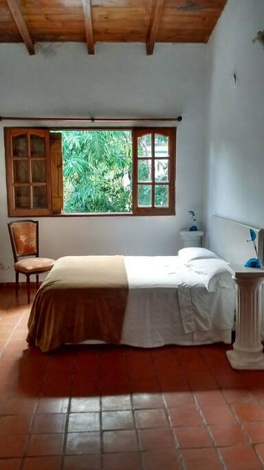 Dormitorio con vista al jardín por escalera
