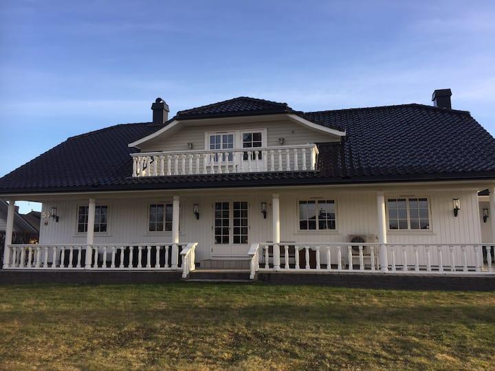 Villa Larsen / Lovas 1