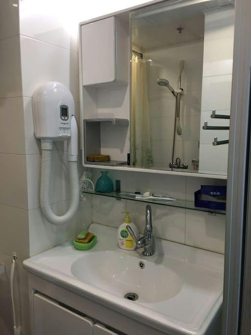 卫生间独有的烘干机,以及你所需要的洗漱用具。