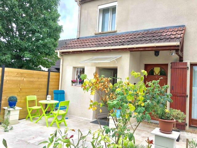 Beau STUDIO & belle TERRASSE 25 min PARIS-DISNEY