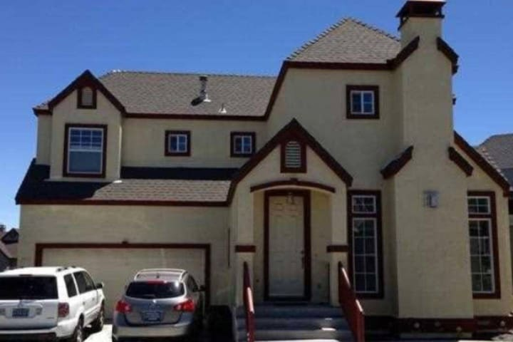 Charming home 5 miles from airport (Entire House)