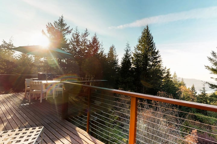 Beautiful, secluded home w/ bay views - watch the sunset from your deck