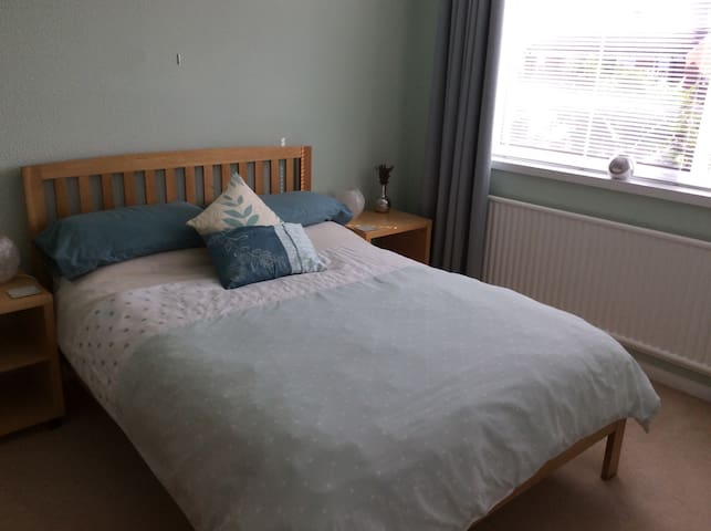 Light and Airy Double Bedroom - Worcester - House