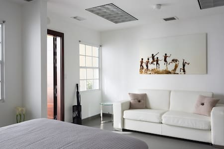 Unit 2- Miami Wynwood Studio with private entrance