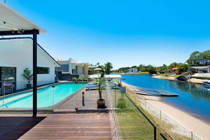 Waterfront Extravagance @ Broadbeach Waters