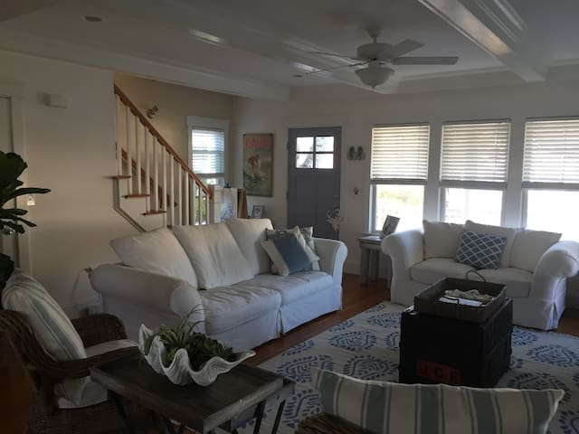 Stunning 3 bedroom home just blocks to the beach. - Monmouth Beach - House