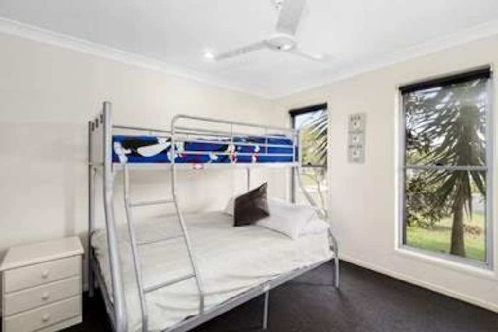 Lovely second bedroom with fresh bed linen.