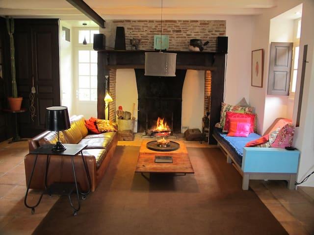 Toujours des flammes dans le grand salon l'hiver ou dès qu'il faille réchauffer l'atmosphère !