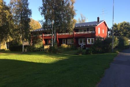 Rymligt rum på egen våning med egen toalett/dusch. - Umeå - Rekkehus