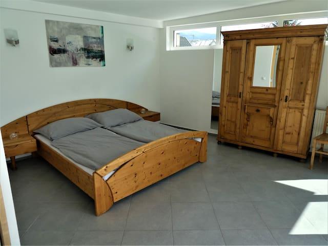 Dein Schlafzimmer im Landhausstil mit gemütlichen Matrazen und Fussbodenheizung.