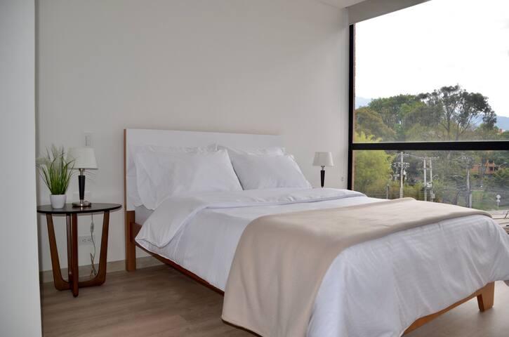 Amplia habitación con gran iluminación y vista al parque./ Spacious bedroom with natural lightning and view to the park.