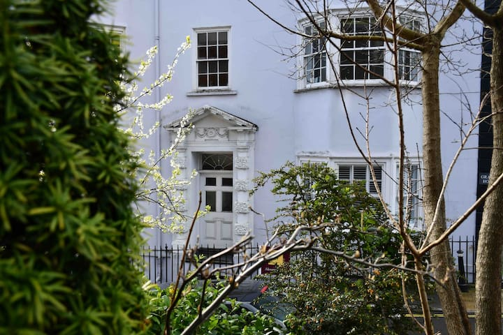 Cosy 2 Bed Victorian Flat- perfect for exploring