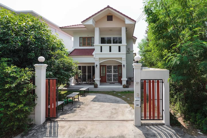 Charming old-world estate in Bangkok for 8 people - Banguecoque - Casa