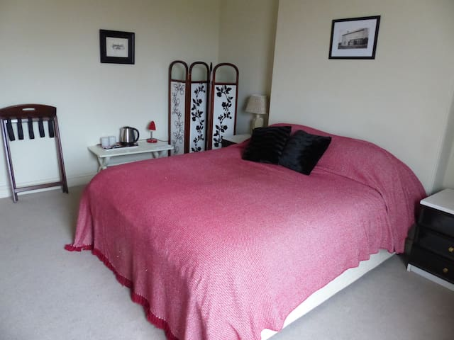 Spacious ensuite room in Quantock village Somerset - Spaxton
