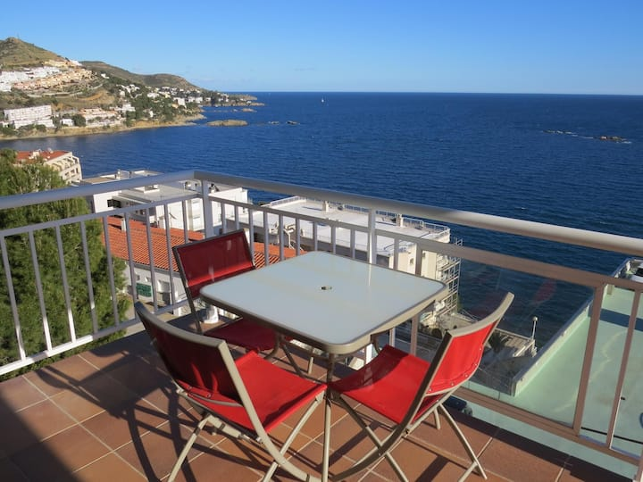 7. Apartment with incredible views of the Bay of Roses with community pool.
