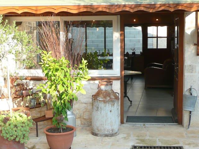 gîte, chambres d'hôtes lieu paisible près de Niort - Échiré - House