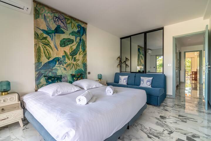 Chambre à coucher 1 : deux lits simple 90/200 cm peuvent devenir lit King size ; matelas très confortables à mémoire de forme. Un canapé convertible pour deux couchages confortable dans cette grande chambre. Grand placard de rangements. Climatisation