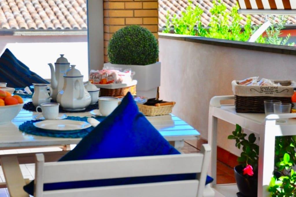 Colazione sul balcone/Breakfast on the balcony