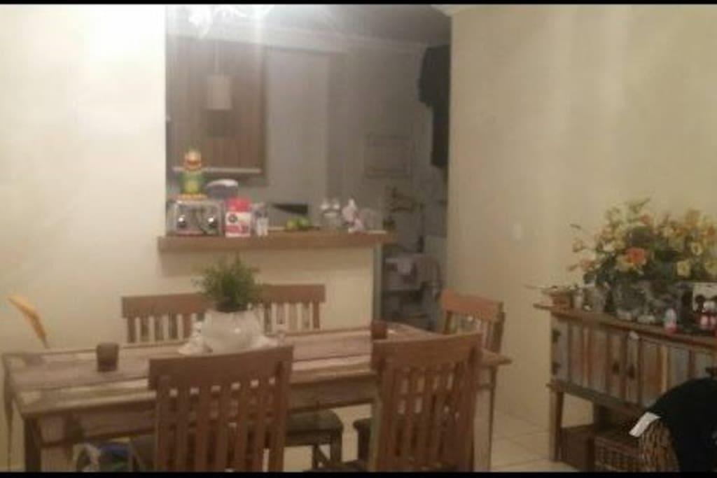 Sala de estar com cozinha americana.