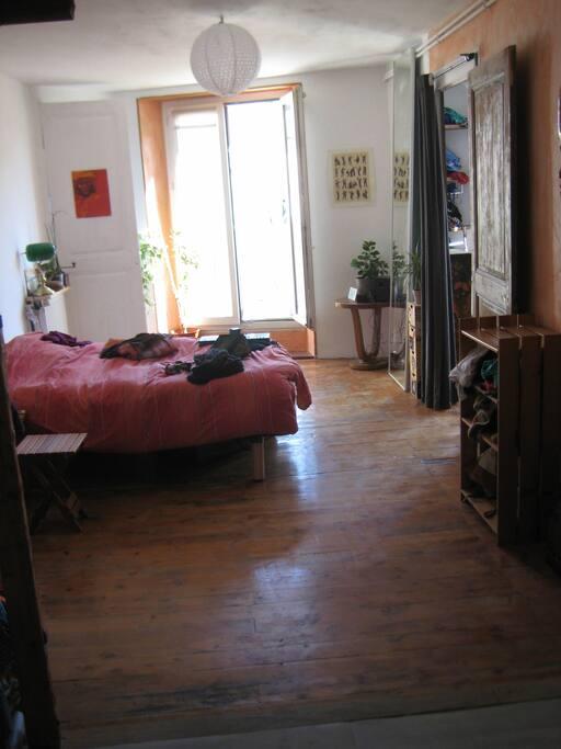 chambre spacieuse qui communique avec le reste
